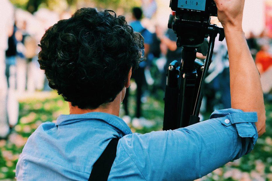 Mann mit Fotoausrüstung von hinten